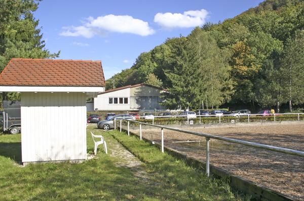 Dressurplatz mit Richterhaus